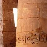 Большие колонны в храме египетской деревни Карнак