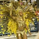 Полуобнаженные девушки на карнавале ходят по улицам