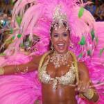 Перья и драгоценные камни являются самыми модными украшениями на карнавале в Рио